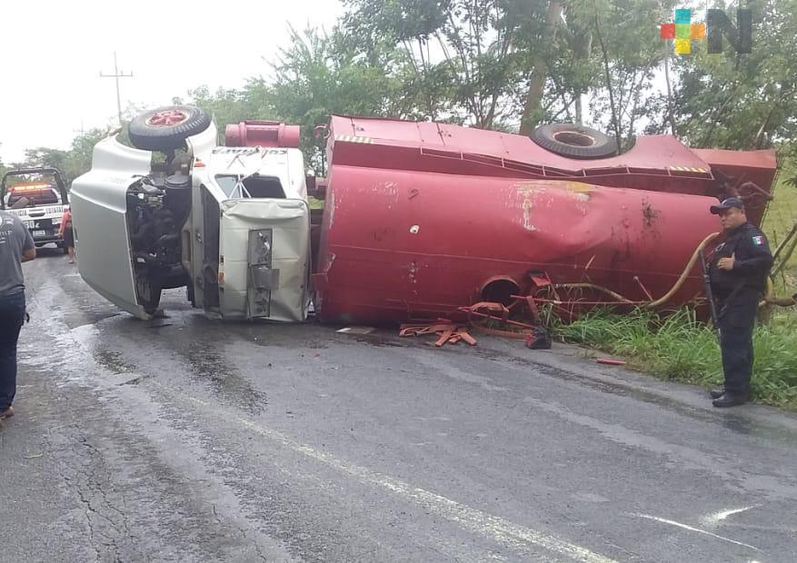 Vuelca pipa en carretera Las Choapas-Cuichapa y derrama diesel