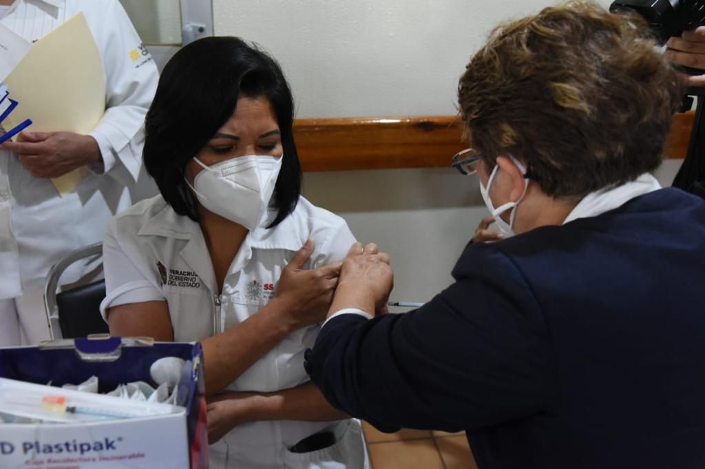 329 mil 983 profesionales de la salud vacunados contra COVID-19