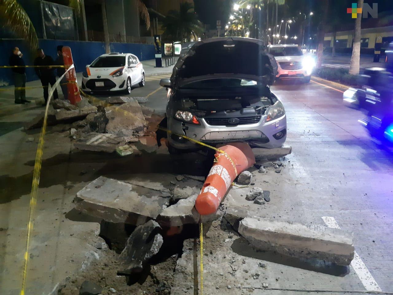 Vehículo se estrelló contra escombros en bulevar costero de Veracruz