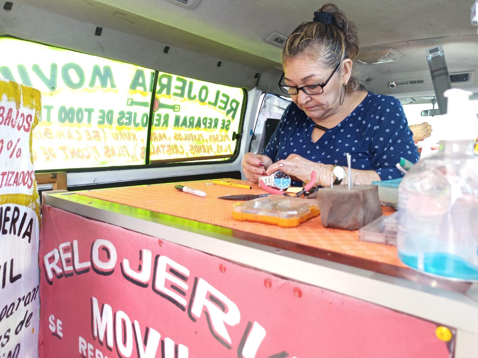 A pesar de los avances tecnológicos, el oficio de relojero perdura; en Coatzacoalcos una mujer continúa con este trabajo.