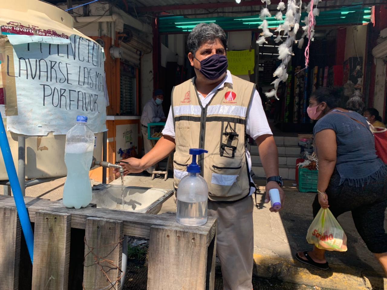 Locatarios de mercado en Coatzacoalcos, pagan sueldos a personas para que controlen filtros sanitarios