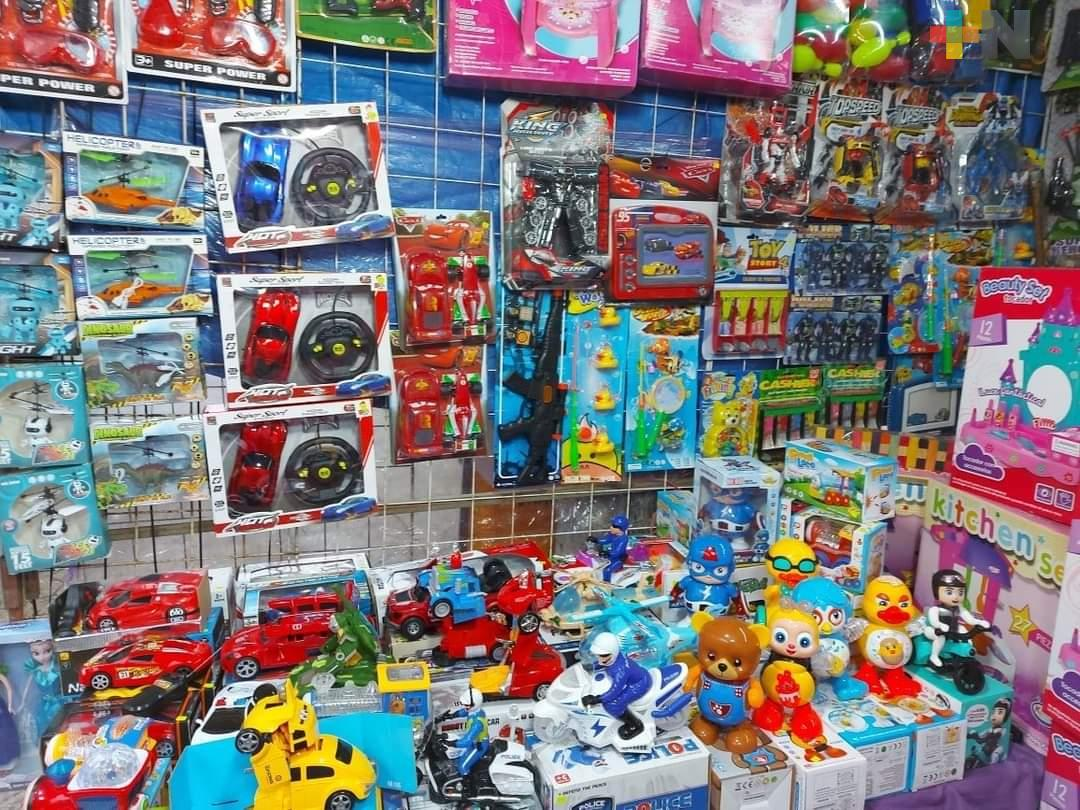 Instalan venta de juguetes en explanada del Parque Independencia en Minatitlán