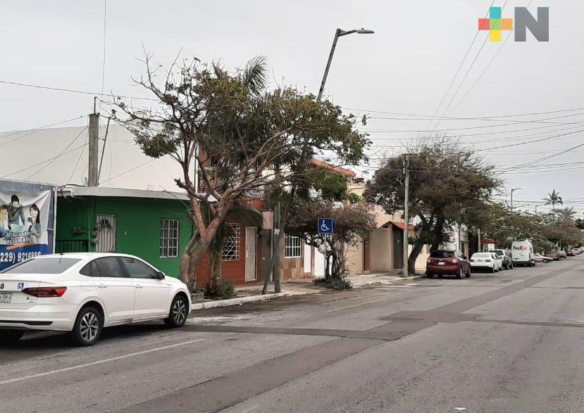 Norte provoca inclinación de luminaria en avenida Negrete de Veracruz