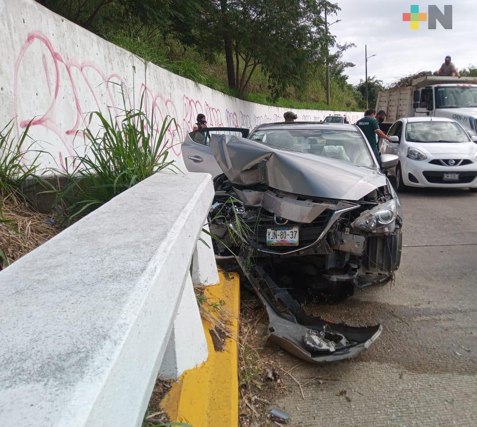 Automóvil se impactó contra muro de contención del Puente Avenida Uno de Coatzacoalcos