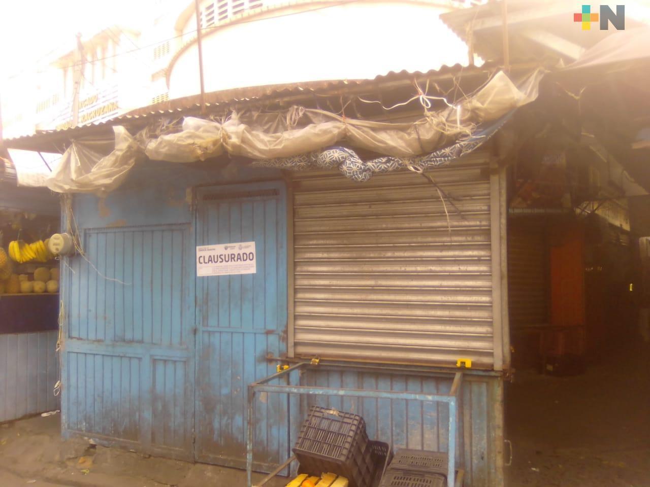 Trabajador se negó a usar cubrebocas y autoridades clausuraron su local en  mercado de Veracruz