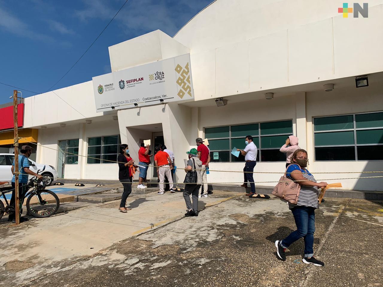 Llegan contribuyentes a cubrir tenencia vehicular en oficina de Hacienda del Estado en Coatzacoalcos