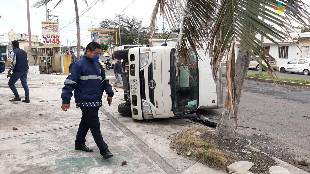 Caída de palmera provocó volcadura de camioneta en puerto de Veracruz