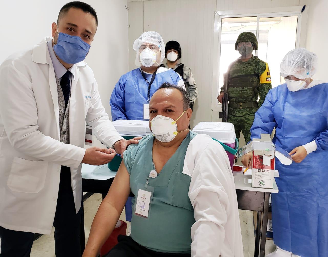 Primer médico vacunado contra COVID-19 en Clínica del ISSSTE de Xalapa