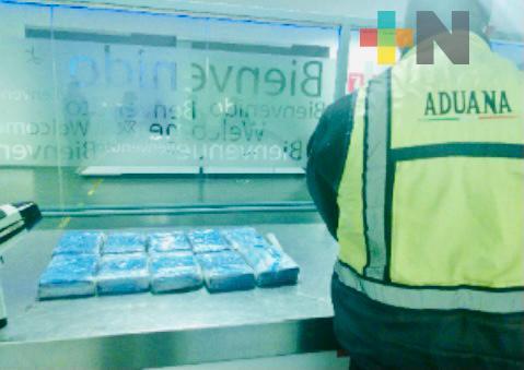 En aduanas decomisaron cocaína, marihuana y máquina para elaborar pastillas de fentanilo