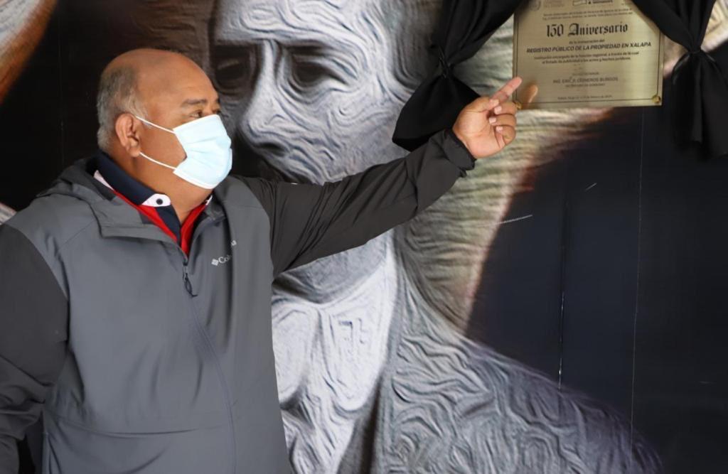 Develó Eric Cisneros, placa con motivo del 150 aniversario del Registro Público de la Propiedad