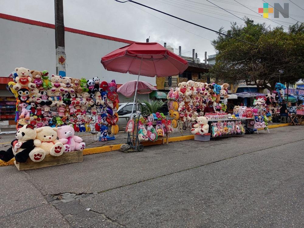 Comerciantes aprovechan Día del Amor y la Amistad, venden sus productos en centro de Coatzacoalcos