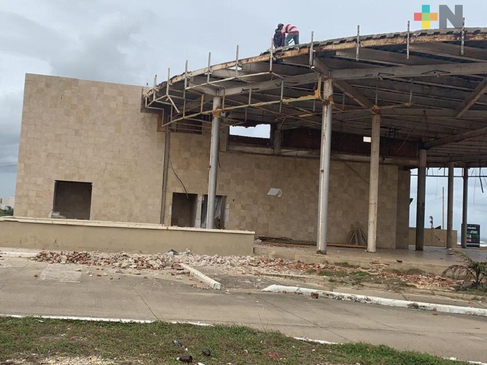 Desmantelan tienda comercial en el malecón costero de Coatzacoalcos