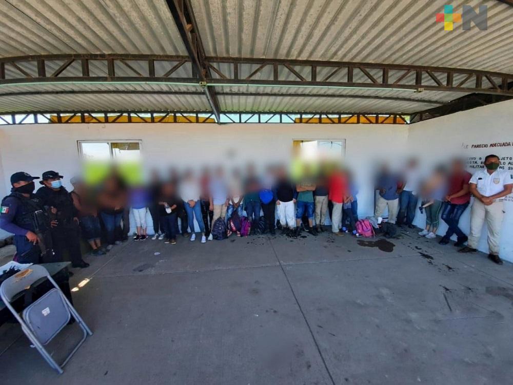 En el sur de Veracruz, en diferentes operativos fuerzas del orden resguardaron a 64 migrantes
