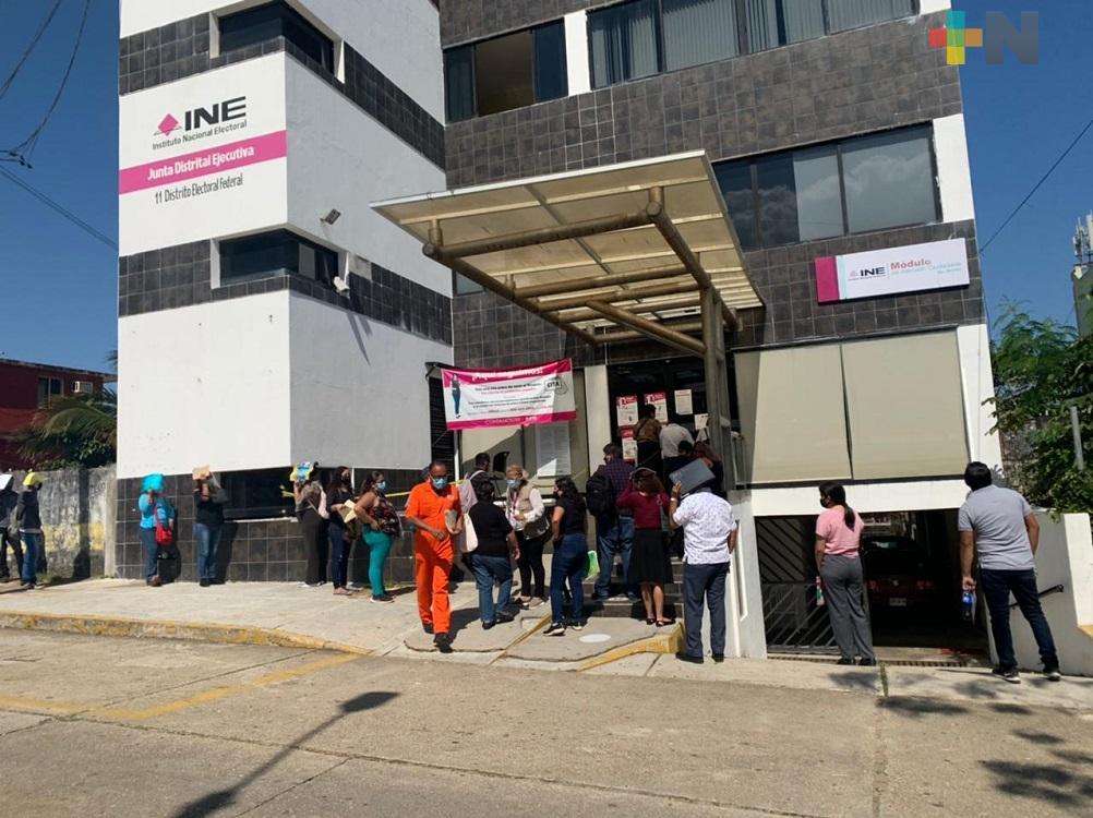 Ciudadanos hacen largas filas para renovar credencial de elector en INE Coatzacoalcos