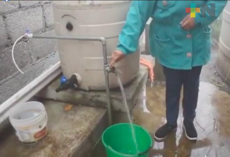 En localidad la Álvaro Obregón de Ixhuatlán del Café, CAEV colocó sistema de captación de agua de lluvia