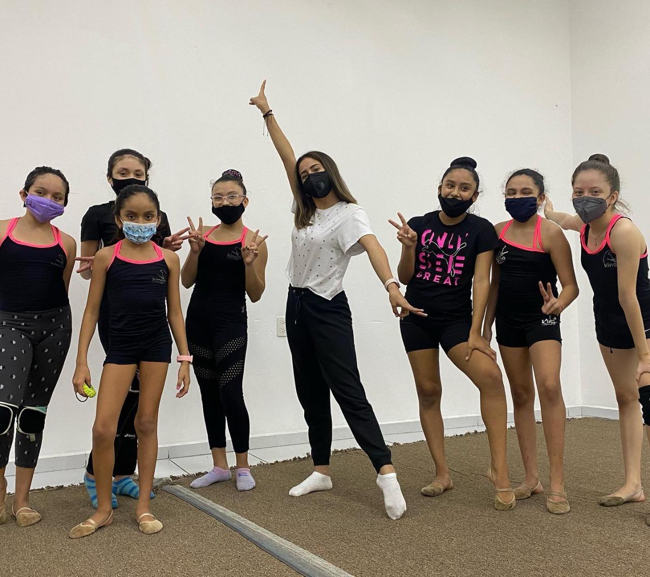 Marina Malpica compartió experiencias con gimnastas del Club Kingo