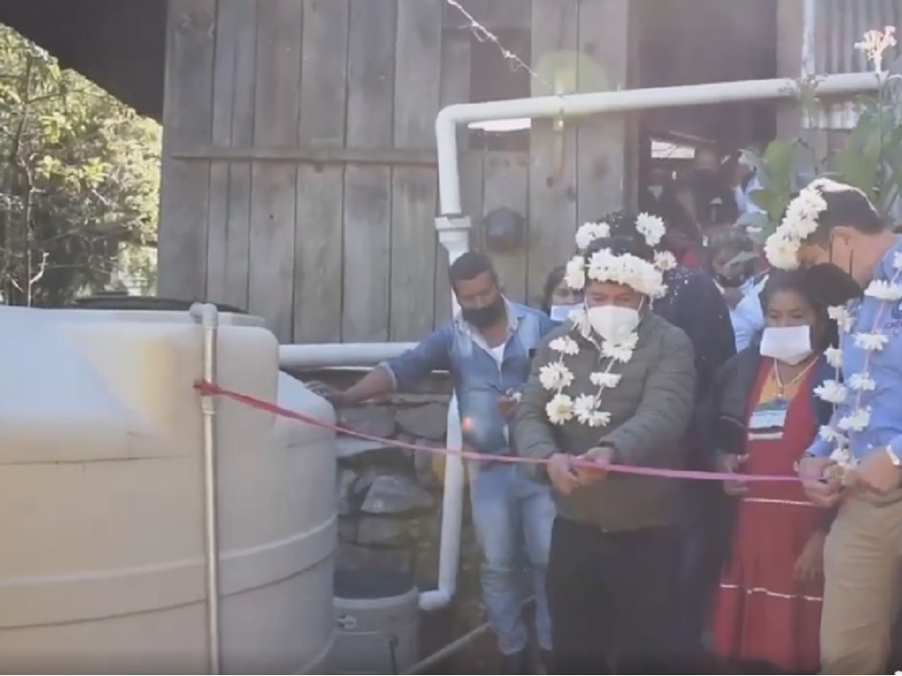 Pobladores de Santa Cruz Atitlá del municipio de Tehuipango ya contarán con agua entubada a su hogar