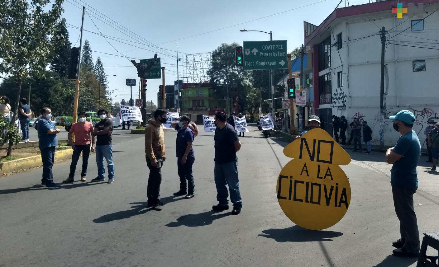 Vecinos y comerciantes siguen en contra de la ciclovía, en Xalapa