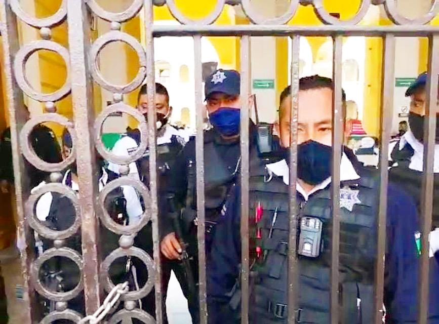 Policías municipales de Orizaba se atrincheraron en palacio municipal por miedo a ser llevados a El Lencero