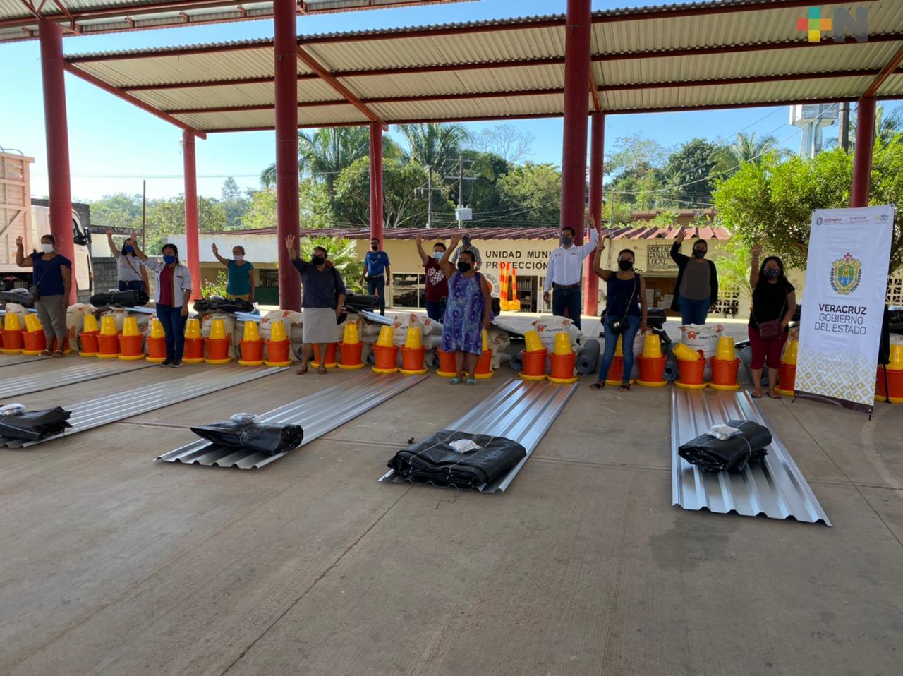 Dotaron a mujeres con paquetes avícolas en Santiago Sochiapan
