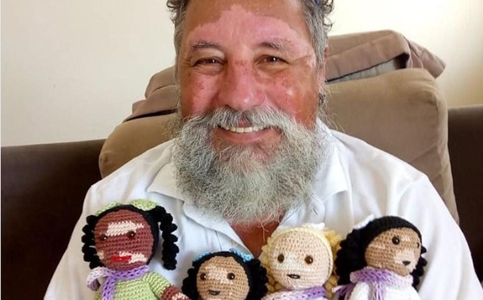Abuelito teje muñecas con vitíligo