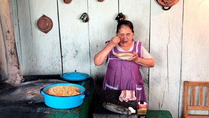 Abuelita mexicana crea canal de YouTube para enseñar recetas caseras. Ya tiene 265 mil suscriptores
