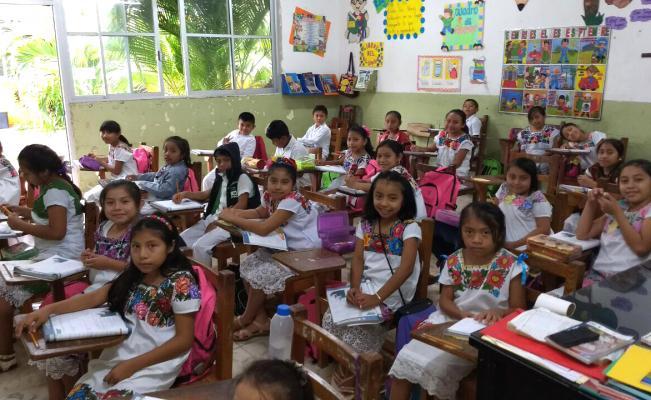 El huipil como propuesta de uniforme en escuela de Yucatán en lugar de los uniformes clásicos