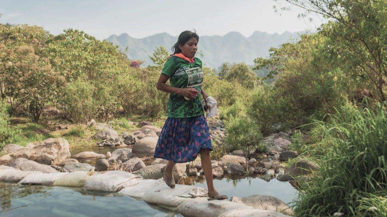 Netflix pendiente de la cultura Tarahumara, lanza documental de Lorena Ramírez, rarámuri que corre en sandalias