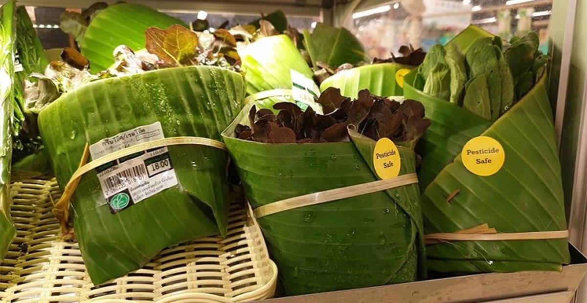 En supermercados de Asia, utilizan hojas de plátano para no usar bolsas de plástico