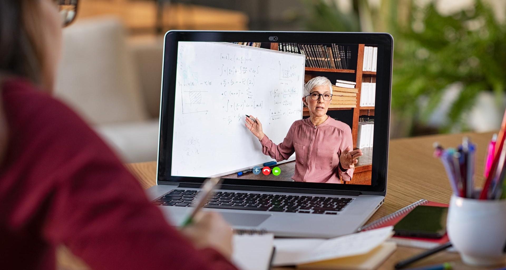 Día del maestro: El reto de dar clases en línea