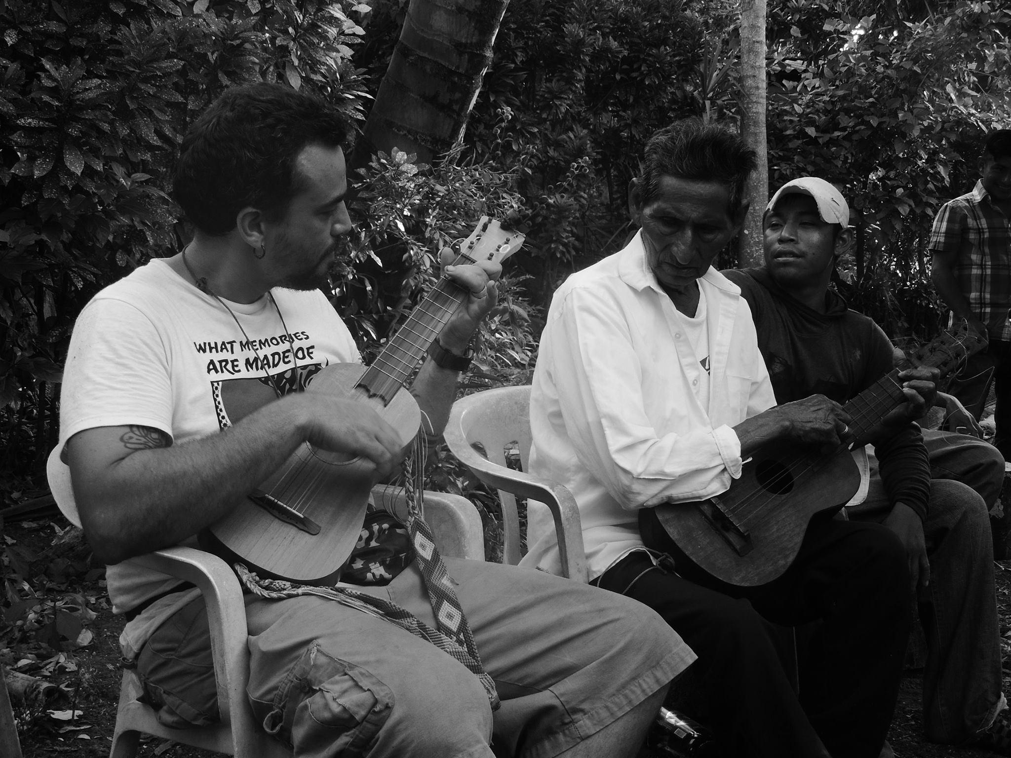 El freak folk jarocho, la ecléctica propuesta del proyecto Zopilote Radiante y Los 7 Capotes Negros
