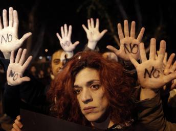 Chipre enfrenta un doble abismo: retiros masivos y salida de la Eurozona