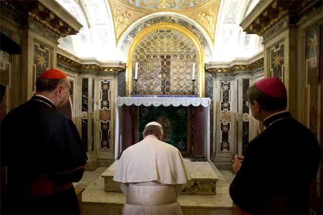Francisco realiza histórica visita papal a la tumba de San Pedro