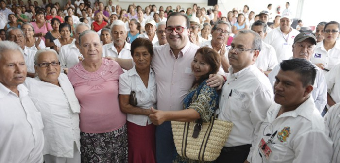 Entrega Javier Duarte apoyos a jefas de familia de la zona de Poza Rica
