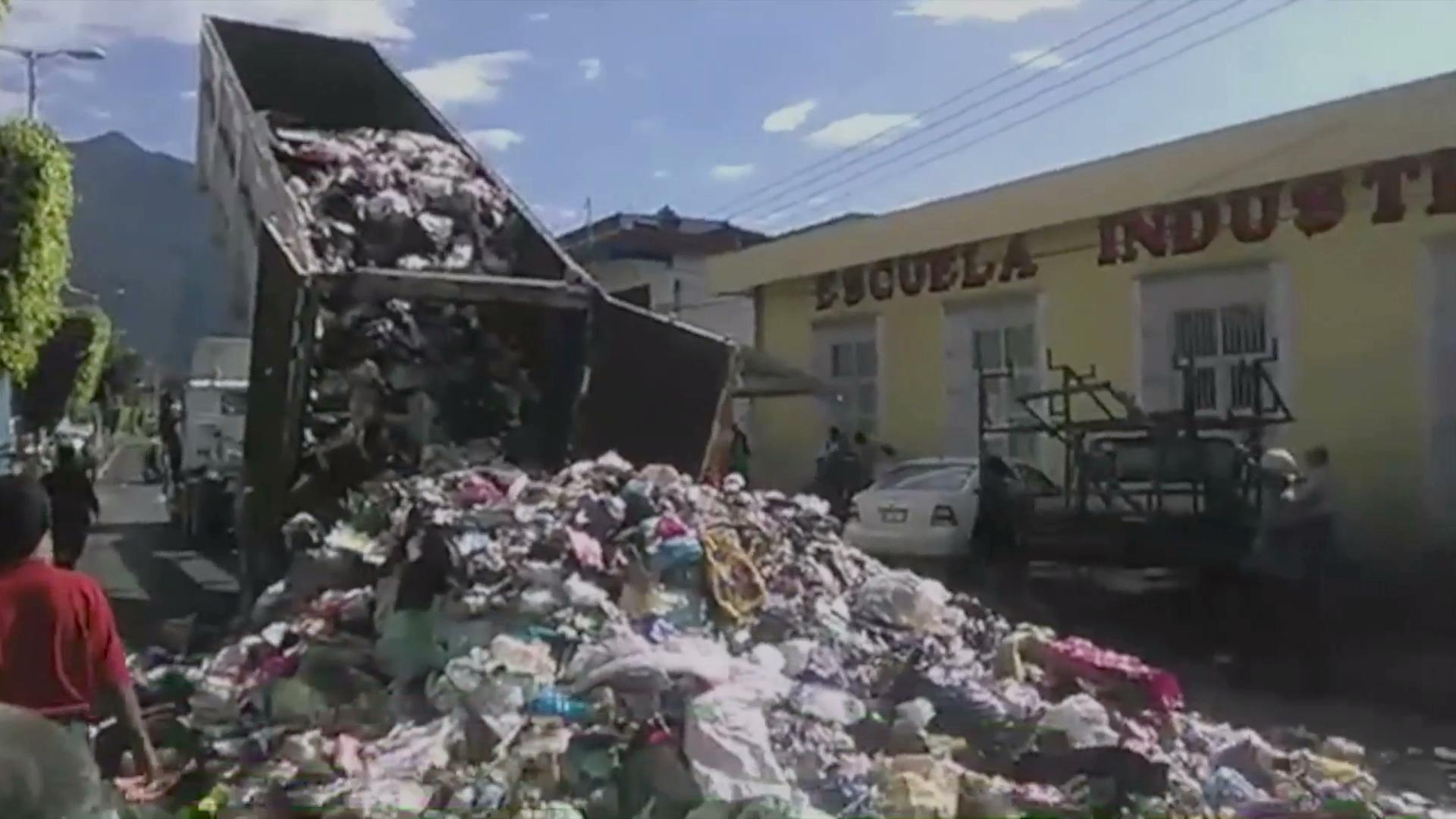 Tiran y queman basura frente al Palacio Municipal de Nogales
