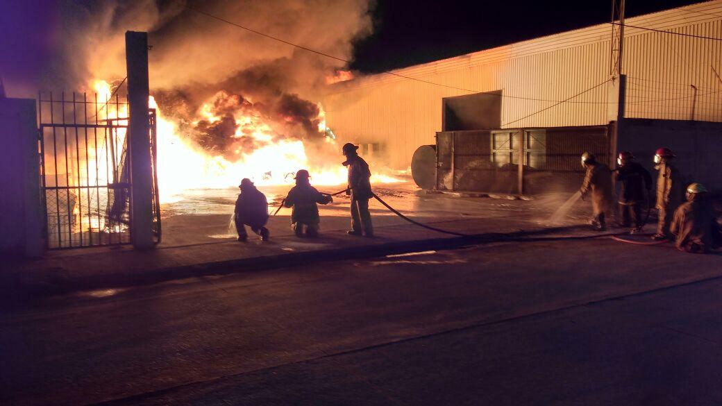 Luego de arduo trabajo, Sistema Estatal de PC sofoca incendio en bodega de Coatzacoalcos
