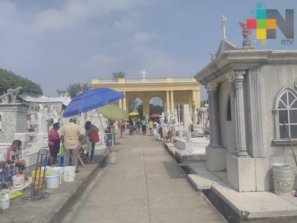 Poca afluencia en cementerios de Tuxpan en el Día de las Madres