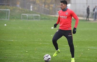 Técnico de Eintracht confirma que Carlos Salcedo decidió emigrar