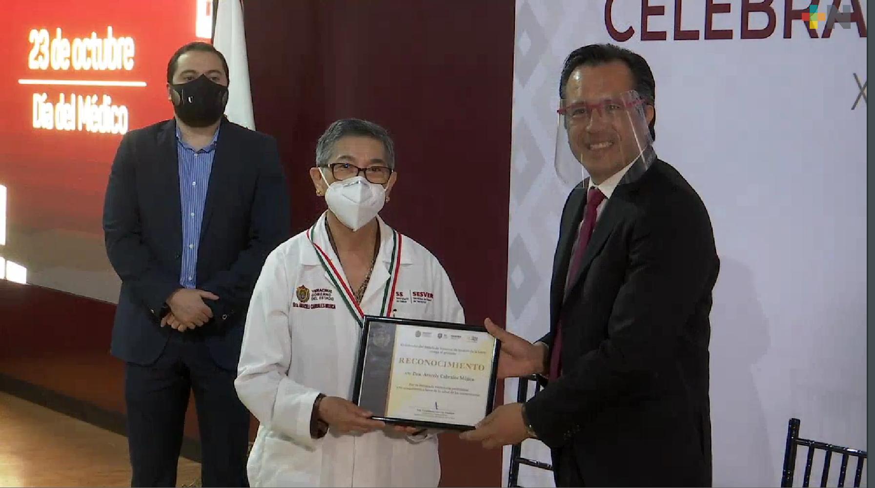 Reconoce el Gobernador Cuitláhuac García valor y entrega de médicos en Veracruz