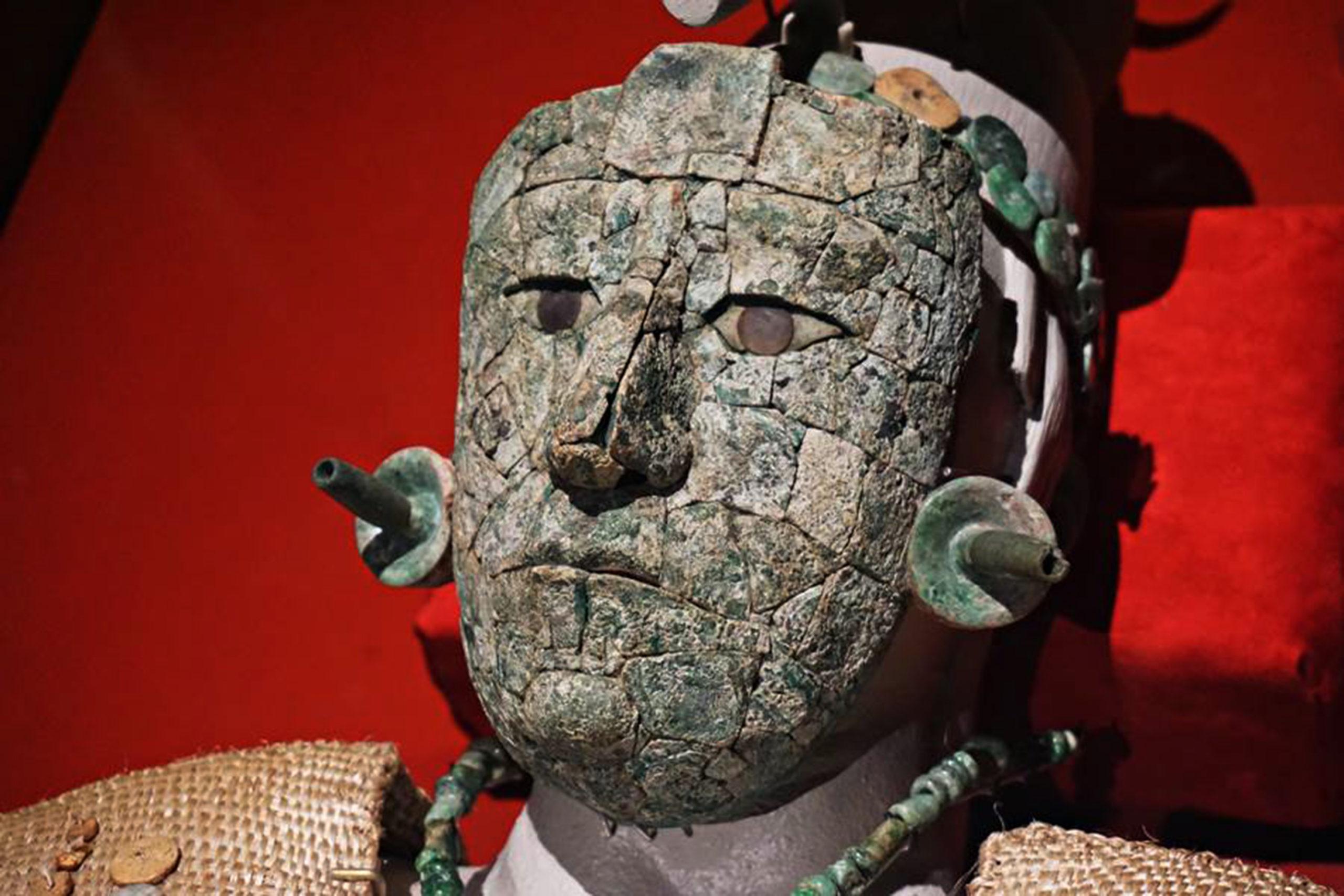 Físicos universitarios identifican materiales de la máscara de la Reina Roja de Palenque