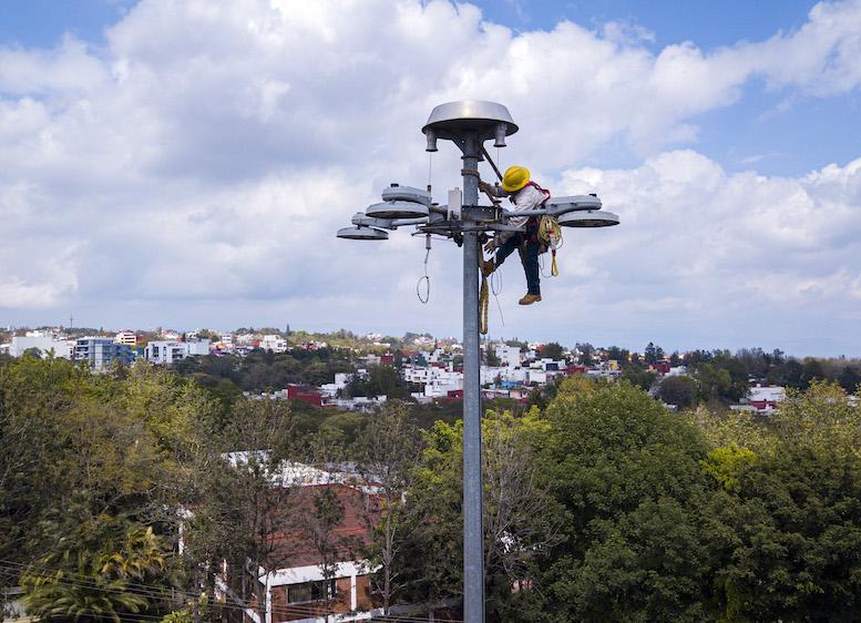Instalan luminarias LED en cinco «súper postes» de vialidades principales de Xalapa