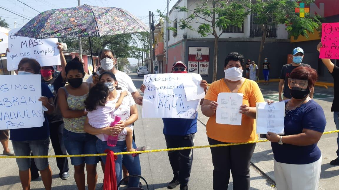 Bloquean calles en Veracruz; más de 90 familias sin agua desde hace más un año