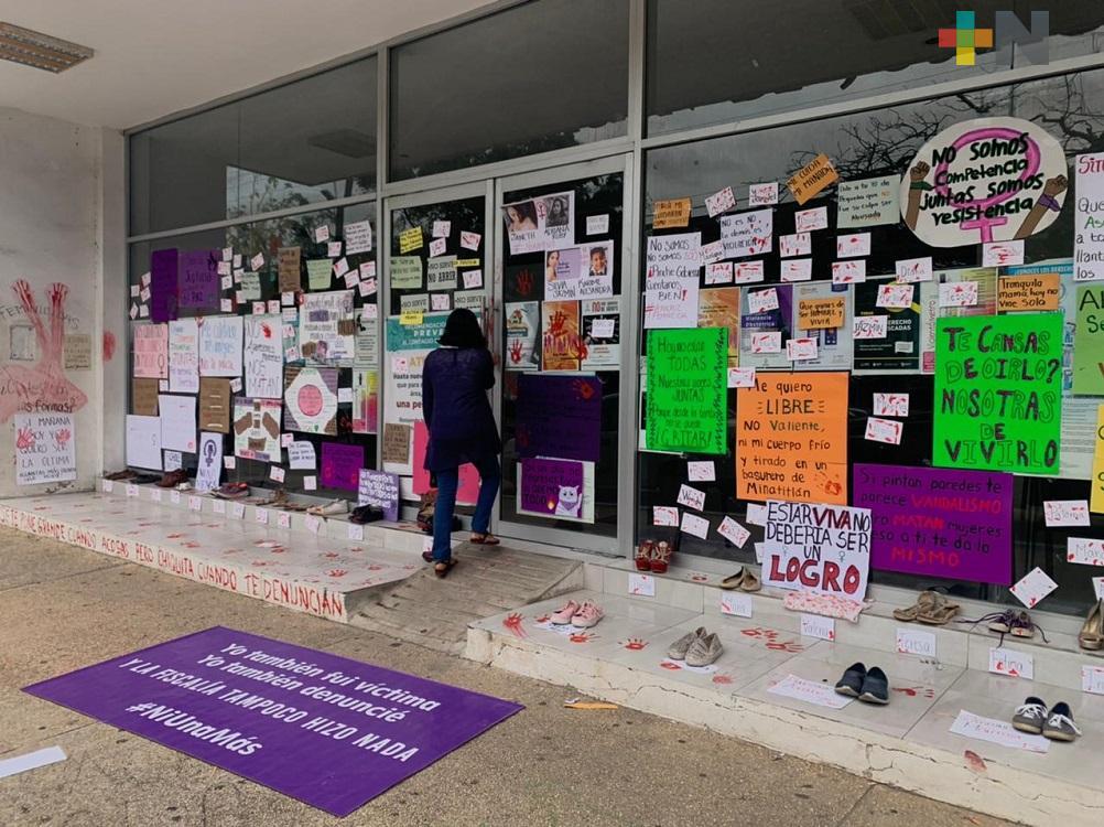 En Coatzacoalcos pegan consignas en Unidad Integral de Procuración de Justicia, por el Día Internacional de la Mujer