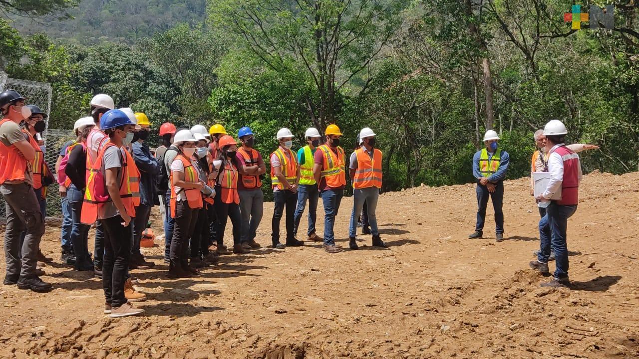 Estudiantes de ingeniería acuden a observar obra carretera en Ixtaczoquitlán