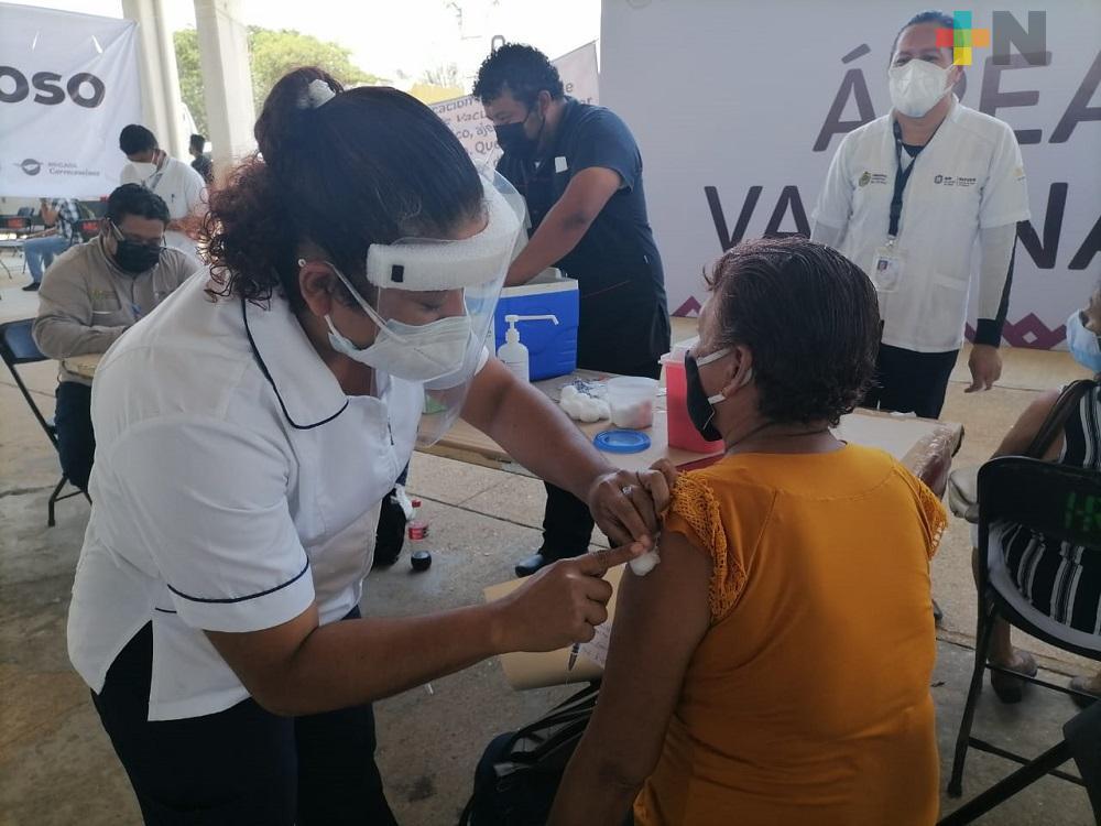 Janeth Hernández ha logrado inmunizar a poco más de mil 200 adultos en Coatzacoalcos