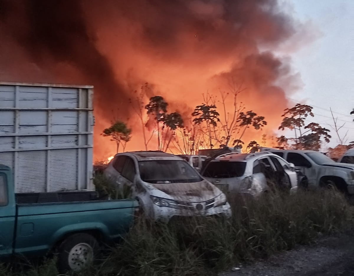Se registró espectacular incendio en corralón de Minatitlán