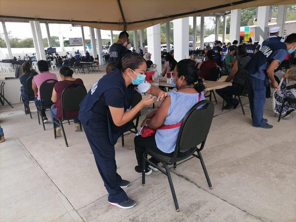 Con menor afluencia y gran organización, continúan inmunizando a maestros del sur de Veracruz