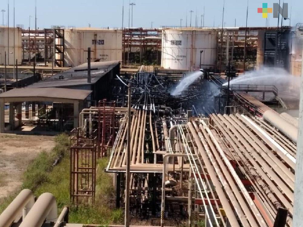 Continúan labores de enfriamiento en la refinería Lázaro Cárdenas de Minatitlán