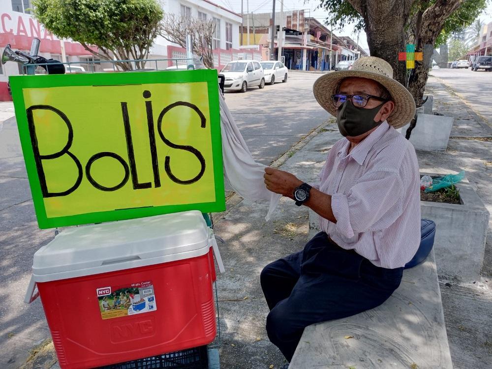 Pandemia dejó sin empleo a don Daniel Torruco, que a sus 69 años se dedica a vender bolis