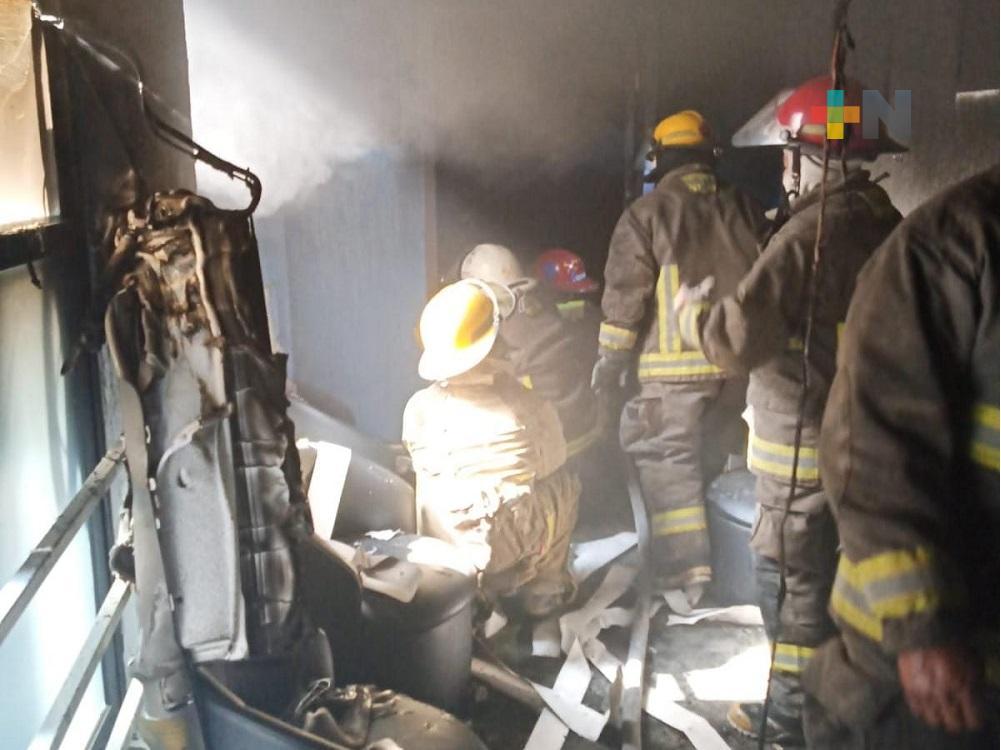 En Coatzacoalcos, Protección Civil y Bomberos atendieron incendio en despacho de abogados; se desconocen las causas que lo originaron